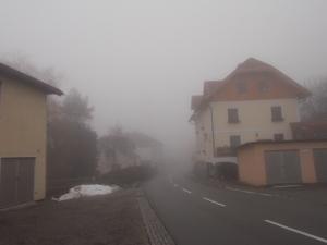 In Schardenberg. Mit Blick zur ca. 100 m entfernten Kirche.