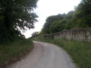 Entlang einer Mauer.