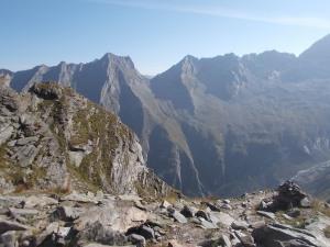 Rückblick in die Lapenscharte zwischen Gigalitz und Lapenspitze. Rechs in der Mitte die Greizer Hütte.