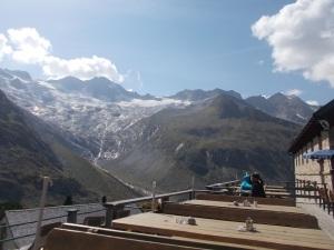 Bei Suppe und Radler auf der Terrasse der Beliner Hütte. Vor mir das Schönbichler Horn und der Große Möseler.
