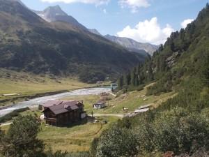 Vorbei an der Alpenrosehütte.