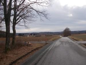 Hinunter nach Poppendorf. Gegenüber der Höhenzug zwischen Lafnitz- und Raabtal.